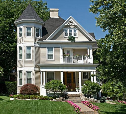 victorian_house_in_the_summer